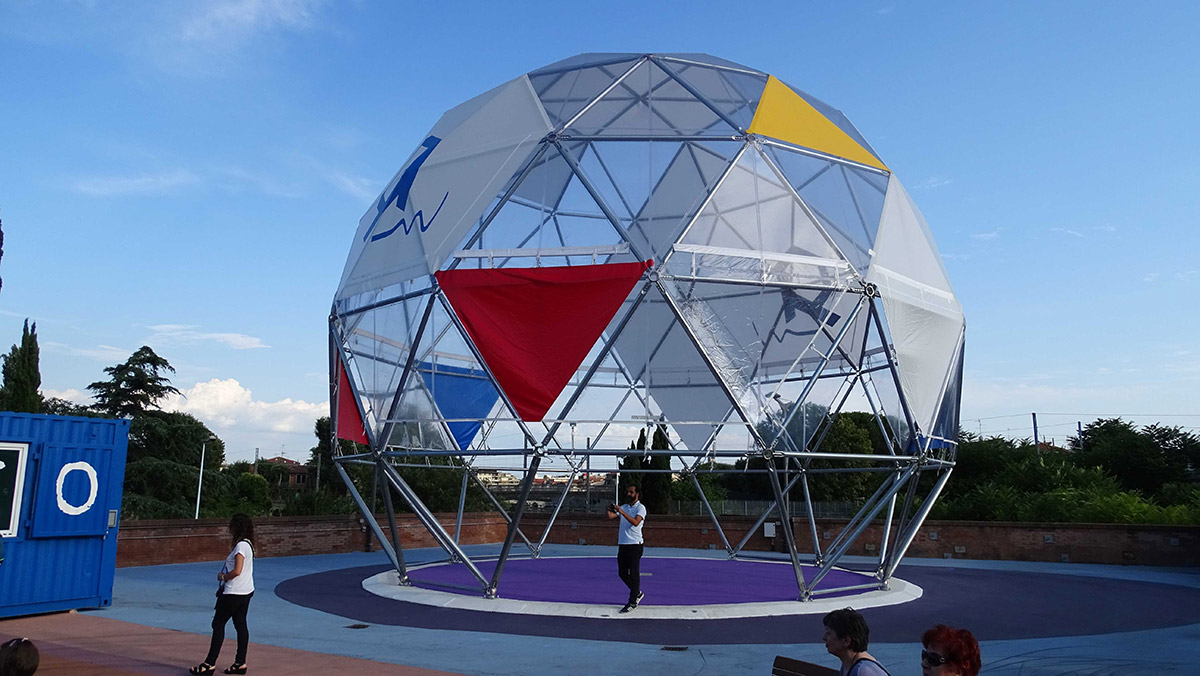 La copertura sferica installata al Serraglio