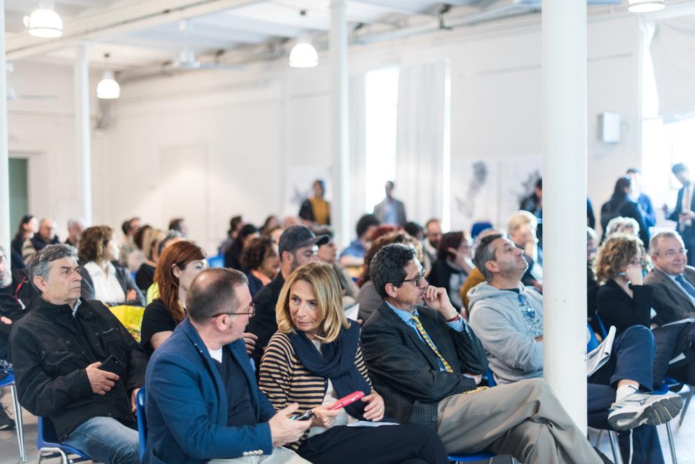 Il pubblico ascolta i relatori esporre i risultati del percorso partecipativo di Riversibility