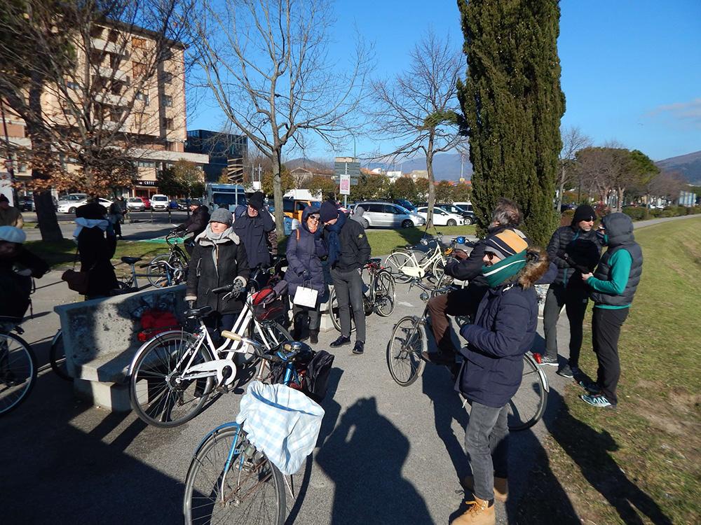 Un momento della biciclettata sulle rive del Bisenzio.