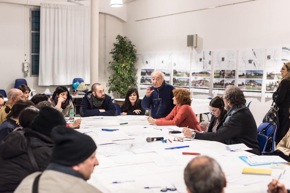 Le associazioni e i cittadini spiegano le loro proposte progettuali agli altri partecipanti al tavolo di lavoro