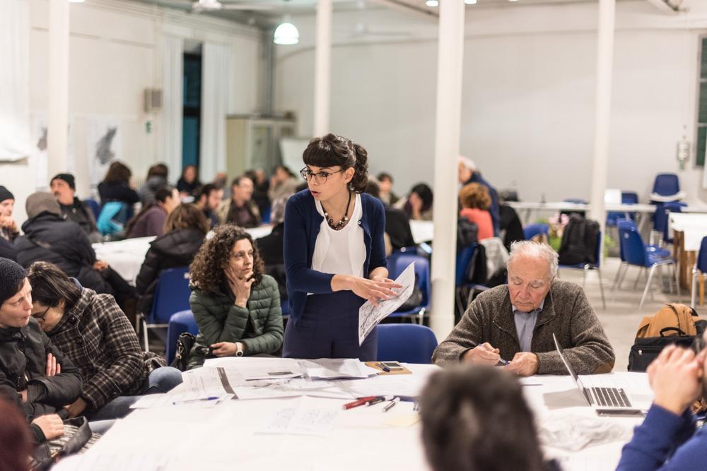 """Sara Iacopini (Iris) illustra ai partecipanti del tavolo """"eventi e iniziative"""" le modalità di compilazione della scheda progettuale"""