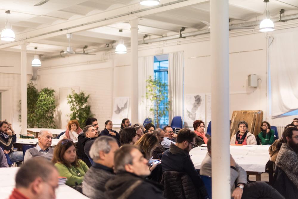 I partecipanti ascoltano i relatori che illustrano le proposte progettuali pervenute