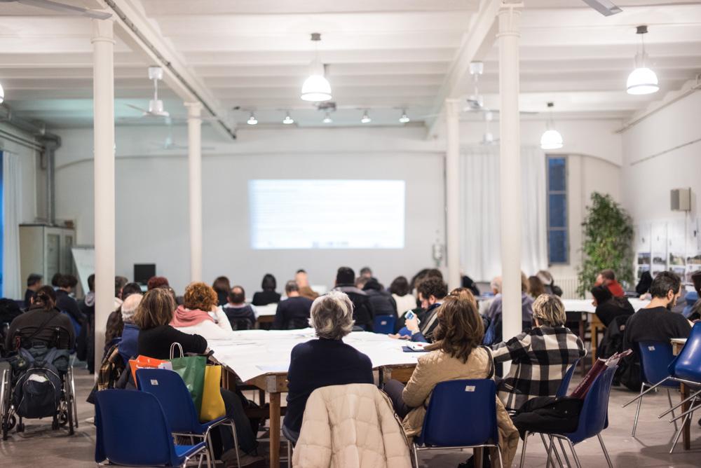 I presenti ascoltano i relatori illustrare le proposte emerse durante il percorso partecipativo